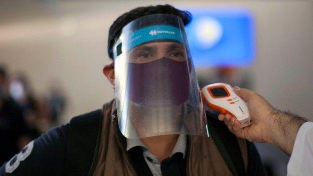 تشهد مطارات العالم بالفعل الاستعانة بأجهزة قياس درجات الحرارة التي تعمل عن بعد وباستخدام الأشعة تحت الحمراء، وذلك للكشف عن المصابين بالحمى