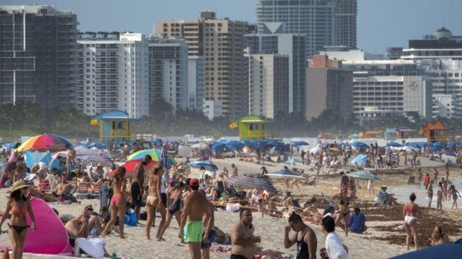 عودة الأمريكيون الي الشواطئ وممارسة الحياة الطبيعية ربما أدت للزيادة الكبيرة في عدد المصابين بفيروس كورونا
