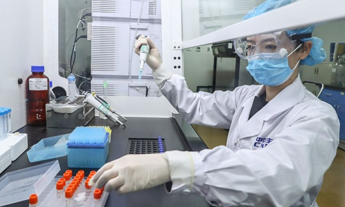 خبير يعرض عينة من لقاح كوفيد-19 في مصنع إنتاج اللقاحات لمجموعة الأدوية الوطنية الصينية (سينوفارم) في بكين، عاصمة الصين، 10 أبريل 2020