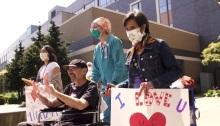 عاملون من قطاع الرعاية الصحية في مستشفى في سياتل يصفقون لمايكل فلور عقب تعافيه (سياتل تايمز)