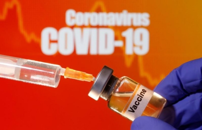 محقنة تسحب عقار تجريبي لكوفيد-19 من قنينة في مختبر طبي في سراييفو