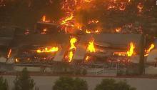النيران تشتعل في مخزن كبير لشركة أمازون