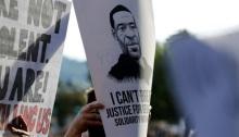 محتجون يرفعون صورة جورج فلويد في مسيرة بولاية اوريجون الأمريكية يوم الأ{بعاء 4 يونيو 2020