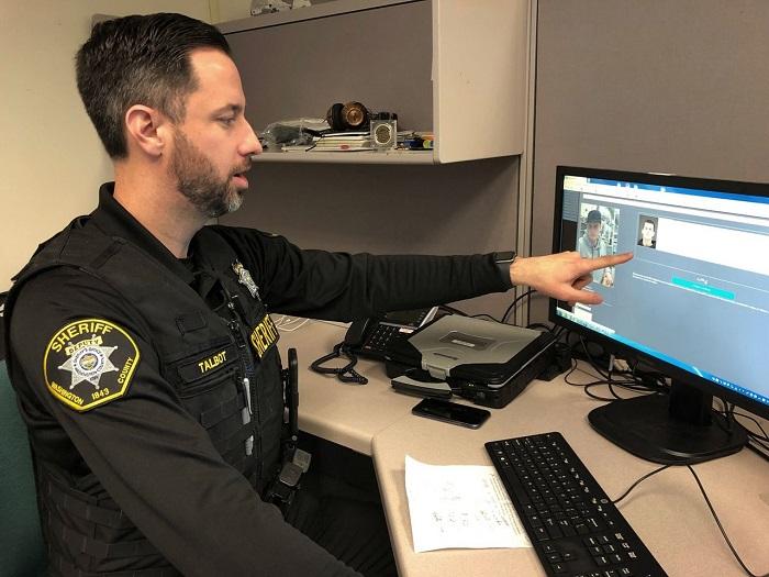 يوضح نائب مدير الشرطة في مقاطعة واشنطن جيف تالبوت كيف استخدمت إدارته برنامج التعرف على الوجه للمساعدة في حل جريمة، في مقرهم الرئيسي في هيلسبورو