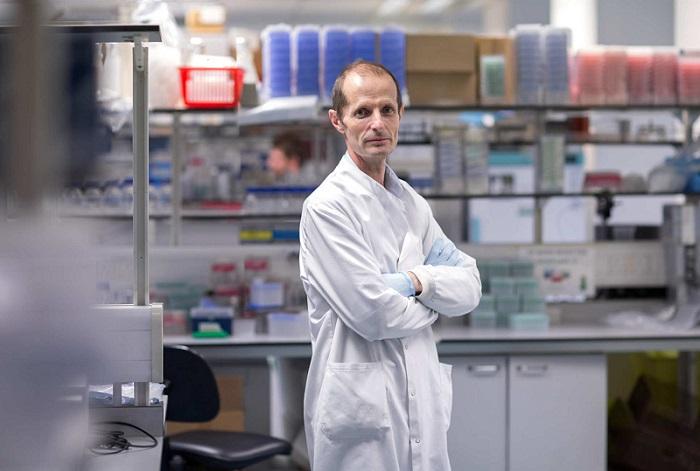 يقود البروفيسور روبن شاتوك الجهود لتطوير لقاح للحماية من فيروس كورونا من حمض نووي معدل وراثيا