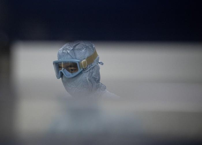 تظهر هذه الصورة التي تم التقاطها في 9 يونيو 2020 باحثًا مختبريًا يعمل في مختبر في شركة Yisheng Biopharma حيث يحاول الباحثون تطوير لقاح لفيروس كورونا كوفيد-19 في شنيانج بمقاطعة لياونينج شمال شرق الصين