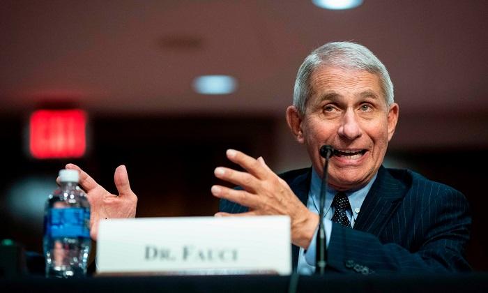 """قال أنتوني فوشي مدير المعهد الوطني الأمريكي للحساسية والأمراض المعدية إن الولايات المتحدة """"تسير في الاتجاه الخاطئ"""" فيما يتعلق بعدوى كوفيد 19"""