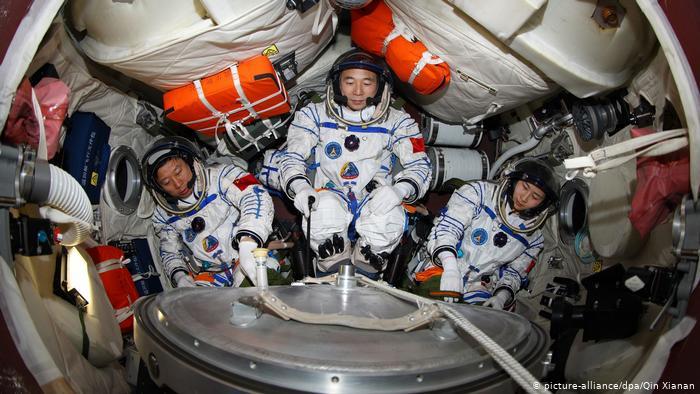 تظهر الصورة 3 رواد فضاء صينيين في تدريب على كبسولة تحاكي عودة سفينة شنتشو 9 الفضائية إلى الأرض