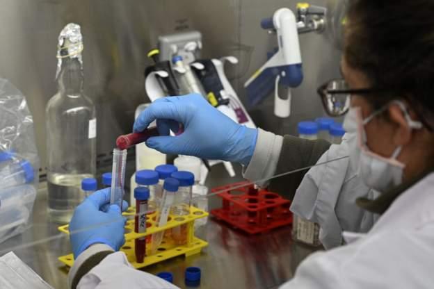 يتم استنشاق بروتين انترفيرون بيتا المستخدم في علاج مرضي كورونا عن طريق بخاخات للأنف