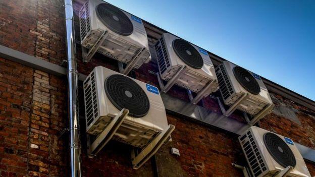 يشك بعض العلماء في أن مكيفات الهواء قد تساعد في نقل الفيروس عبر الهواء