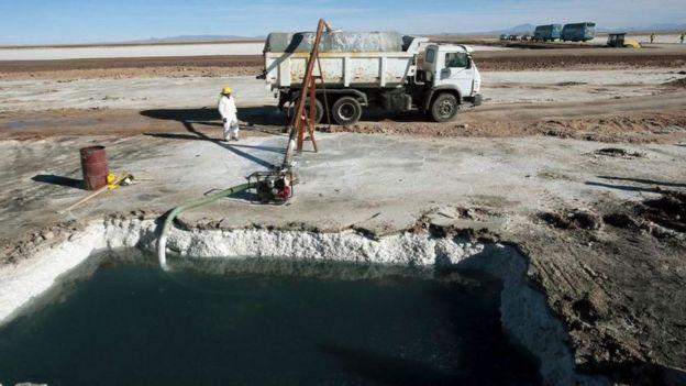 يستخرج الليثيوم من المسطحات الملحية الشاسعة في أمريكا الجنوبية، لكن عملية استخراجه تستهلك كميات هائلة من المياه