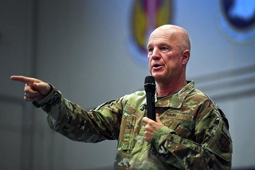 قائد قيادة الفضاء الأمريكية، الجنرال جاي ريموند