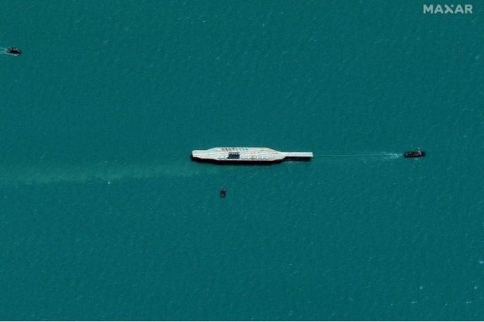 صورة بالأقمار الصناعية تظهر أن إيران نقلت مجسما لحاملة طائرات أمريكية إلى مضيق هرمز الاستراتيجي يوم 25 يوليو 2020