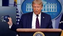 الرئيس دونالد ترامب يحمل كمامة وهو يتحدث خلال مؤتمر صحفي في البيت الأبيض، الثلاثاء 21 يوليو 2020