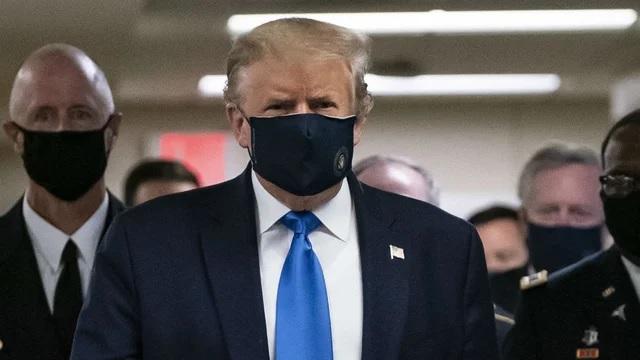 المرة الأولي التي يرتدي فيها الرئيس الأمريكي ترامب كمامة أثناء أزمة كورونا