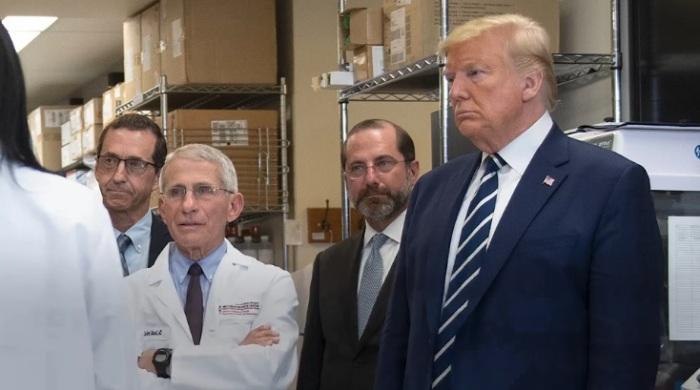 الرئيس الأمريكي ترامب خلال زيارته لمعامل شركة مودرنا التي تقوم بالتجارب النهائية علي لقاح مضاد لفيروس كورونا