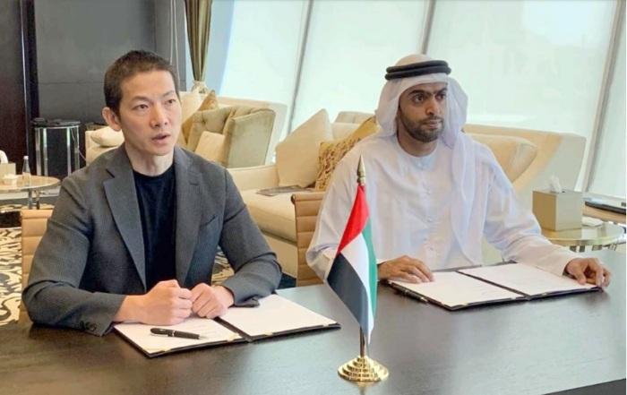 بينج شياو الرئيس التنفيذي لمجموعة42 يقوم بالتوقيع علي الأتفاق بين الشركة الإماراتية والشركة الإسرائيلية