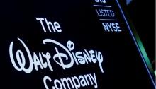 شاشة تعرض الشعار ورمز مؤشر لشركة والت ديزني على موقع بورصة نيويورك (NYSE) في نيويورك، الولايات المتحدة