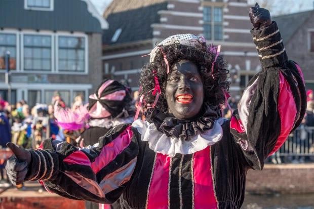 غالبًا ما يرتدي الأشخاص البيض في هولندا مكياج الوجه الأسود وأحمر الشفاه الأحمر والشعر المستعار الأسود المجعد للعب Black Pete خلال حفلات الشوارع