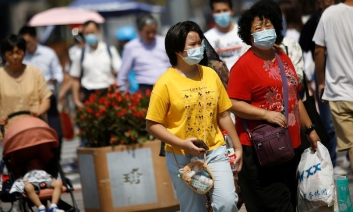 سكان مدينة بكين يقومون بالتسوق وهم يرتدون كمامات الوجه