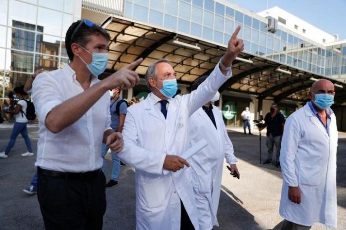 فرانشيسكو فايا مدير الشؤون الصحية في معهد لادزارو سبالانساني لدى بدء تجارب لقاح محتمل لمرض كوفيد-19 على متطوعين يوم الاثنين 24 أغسطس 2020