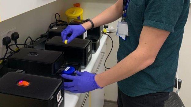 إحدى آلات تحليل الفحوص لفيروس كورونا كوفيد-19