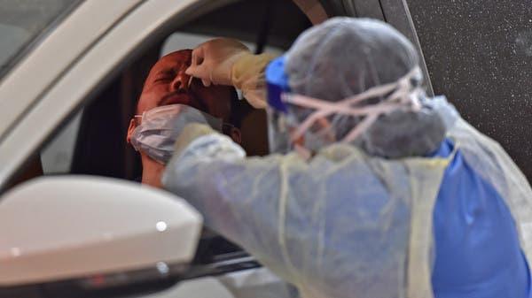 عنصر من الفريق الطبي يقوم بإجراء فحوصات مسحة الأنف خلال حملة اختبار فيروس كورونا التي أقيمت في مستشفى الدرعية بالرياض