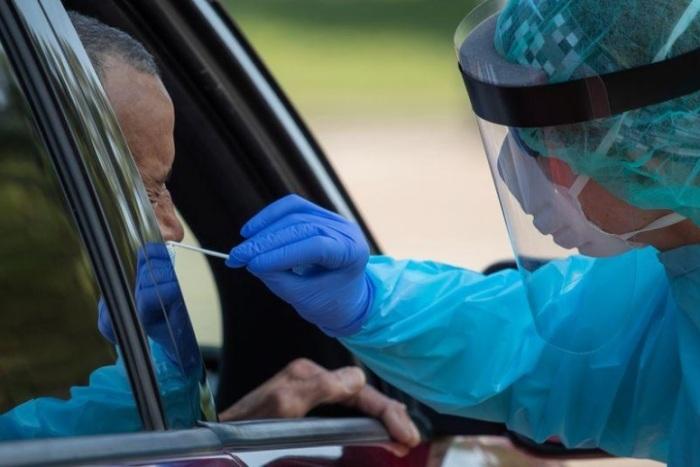 عامل بالمجال الصحي يقوم بسحب عينة من رجل للكشف عن فيروس كورونا المستجد بولاية تكساس الأمريكية يوم 18 أغسطس 2020