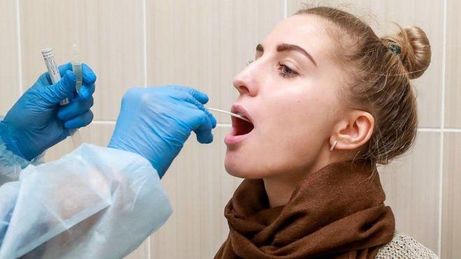 مسحة من الحلق لاختبار الأصابة بفيروس كورونا كوفيد-19