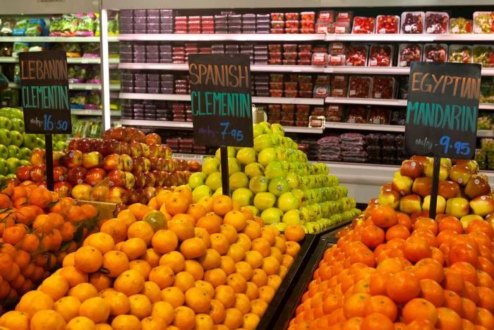 من أولويات دول الخليج أثناء وباء كورونا الاحتفاظ برفوف المتاجر الكبيرة ممتلئة بأصناف الطعام