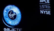 شعار شركة فيرجن جالاكتيك يظهر علي شاشة في سوق الأوراق المالية بمدينة نيويورك - الولايات المتحدة