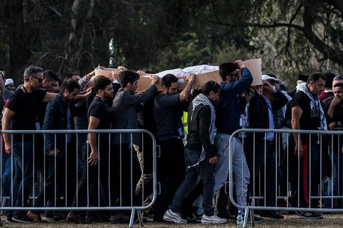 عائلة وأصدقاء يحملون نعش عطا عليان الذي قتل في مسجد النور، نيوزيلاندا