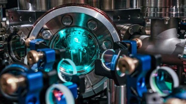 يمكن الابقاء على الذرات معلقة في الفراع داخل مثل هذا العلبة الزجاجية بواسطة الليزر