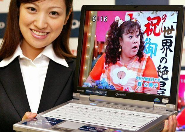 صورة أرشيفية للكشف عن أحد أجهزة الكمبيوتر المحمولة من توشيبا في عام 2004