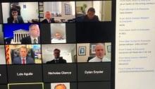 جلسة محاكمة قرصان شبكة تويتر ويظهر في الجانب الأيمن مشاركة بالضحك من أحد الحاضرين في سخرية من المحاكمة