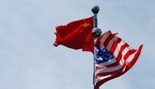 أعلام صينية وأمريكية ترفرف بالقرب من منطقة البوند في شنغهاي ، الصين
