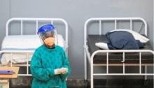 عاملة بمجال الرعاية الصحية تقف في مستشفى ميداني مؤقت بالقرب من كيب تاون يوم 21 يوليو 2020