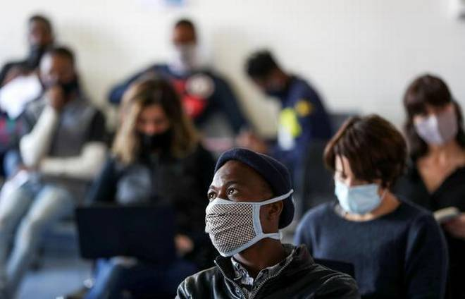 ينتظر متطوعو تجارب اللقاحات تسجيل أسمائهم قبل اختبار فيروس كورونا كوفيد-19، والمشاركة في التجربة السريرية البشرية للقاحات المحتملة بمركز أبحاث في جوهانسبرج - جنوب أفريقيا يوم 27 أغسطس 2020