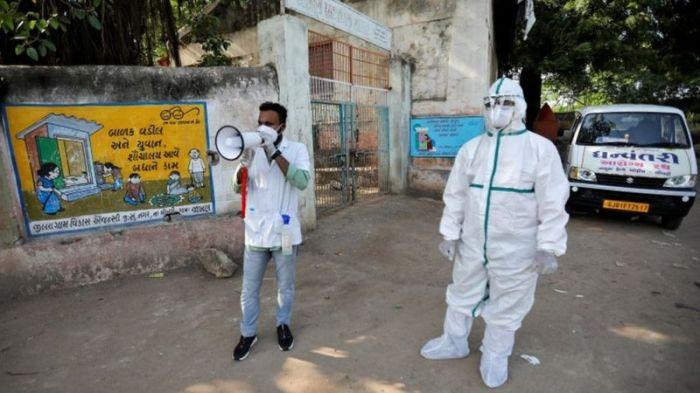 في بعض المناطق بالهند، يحاول موظفو القطاع الصحي تعقب انتشار مرض كورونا بزيارة منزل تلو الآخر