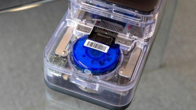 توضع المسحة داخل خرطوش أزرق يحتوي على مواد كيميائية لازمة للاختبار للكشف عن الإصابة بفيروس كورونا