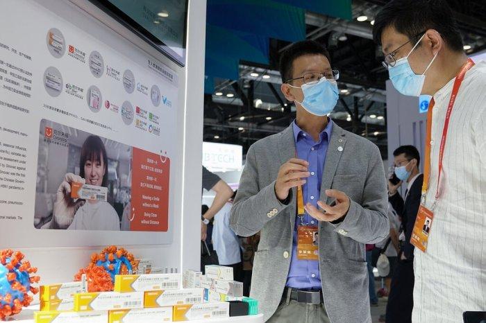جناح للترويج للقاح سينوفاك في معرض بكين التجاري