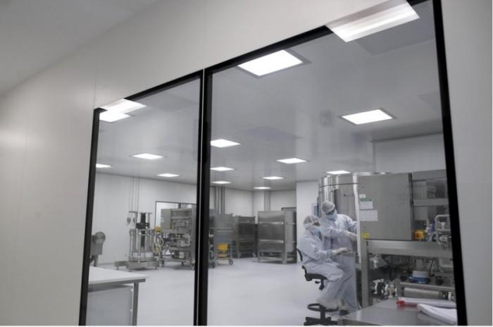 خبراء شركة أسترا زينيكا البريطانية يجرون الاختبارات علي لقاح مضاد لفيروس كورونا في معامل الشركة يوم 14 أغسطس 2020