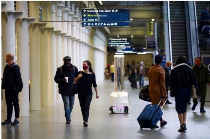 جهاز روبوت قادر على قتل فيروس كورونا باستخدام الأشعة فوق البنفسجية يطهر محطة سانت بانكراس إنترناشونال في لندن يوم الأربعاء 23 سبتمبر