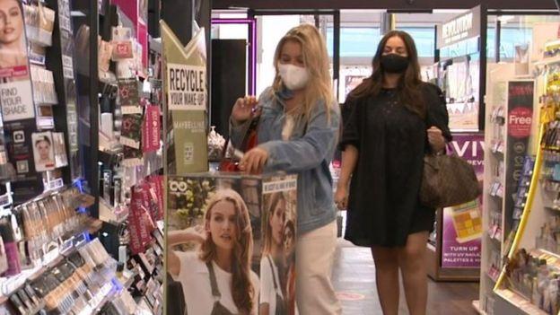 متجر بريطاني يعرض مستحضرات تجميل لشركة لوريال