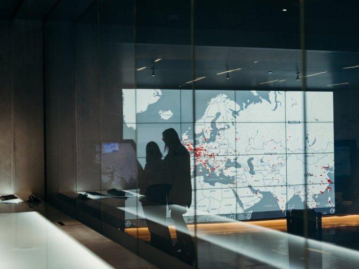 وحدة مكافحة الجرائم الإلكترونية التابعة لشركة مايكروسوفت في ريدموند، واشنطن. تتمتع شركات مثل مايكروسوفت و جوجل، برؤية متقدمة وسريعة للأنشطة المشبوهة، نظرًا لوجودها على قمة الشبكات العالمية