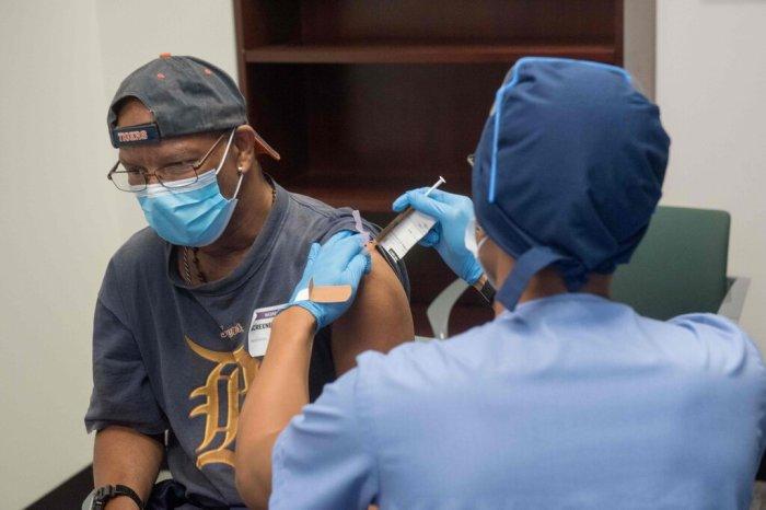 أحد المتطوعين يتلقي لقاحًا تجريبيًا لفيروس كورونا من إنتاج شركة موديرنا في ديترويت الشهر الماضي
