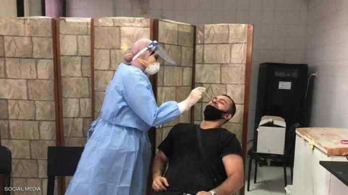 أحد عناصر الفرق الطبية تقوم بأخذ مسحة لإختبار فيروس كورونا في مصر