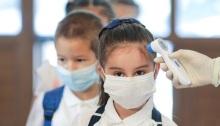 أثناء جائحة كورونا ممرضة تقيس درجة حرارة تلاميذ في أحد المدارس بمدينة بوخارست يوم 14 سبتمبر 2020