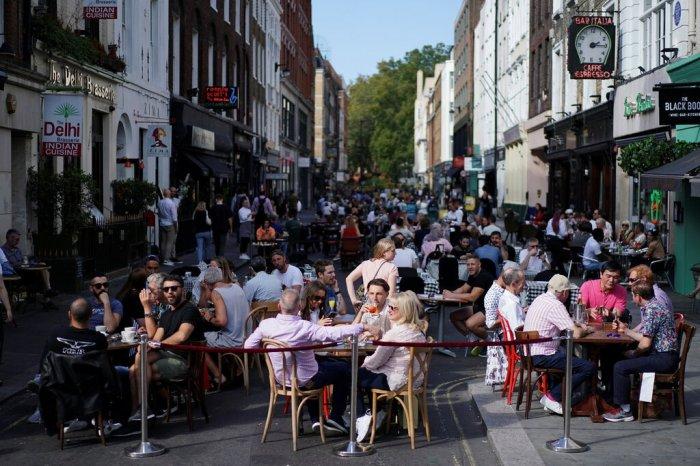 بريطانيا: القواعد الجديدة هي الأكثر صرامة منذ السماح للمطاعم والحانات والعديد من الشركات الأخرى بالخروج من الإغلاق الكامل في يوليو. 2020