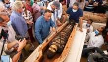 وزير السياحة والآثار المصري خالد العناني يفتح أحد التوابيت المكتشفة حديثا في منطقة سقارة يوم السبت 3 أكتوبر 2020